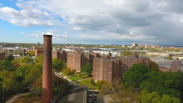 vidéos et rushes de tir aérien de logement public de brooklyn - hlm