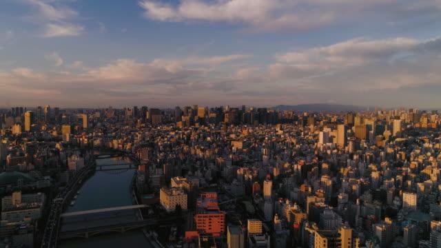 vídeos y material grabado en eventos de stock de disparo aéreo del centro de la ciudad de tokio con la montaña fuji, japón - escena no urbana
