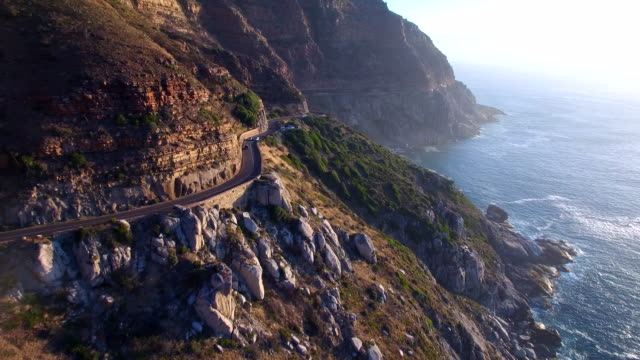 vídeos de stock e filmes b-roll de aerial shot of chapman's peak road in cape town, south africa - sul
