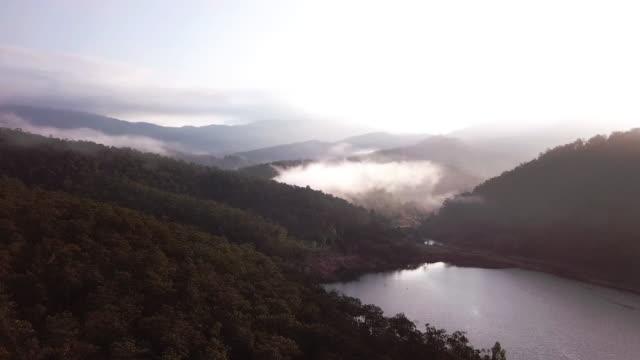 구름 일출 위의 호수 위에 구름의 공중 촬영 - 항공기시점 스톡 비디오 및 b-롤 화면