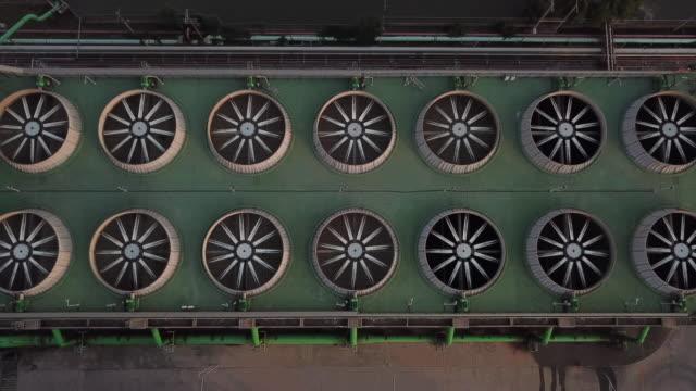 vídeos y material grabado en eventos de stock de toma aérea de combinar planta de potencia de ciclo y torre de refrigeración - turbina