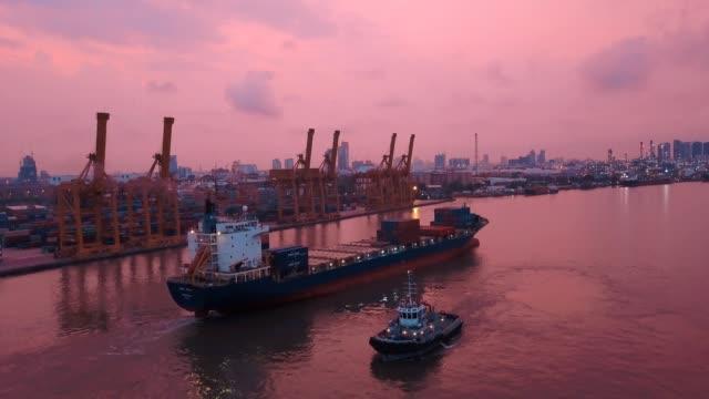 antenn skott av containerfartyg exportera och importera på dockyard för logistik och transport i ocean av sydostasien - tankfartyg bildbanksvideor och videomaterial från bakom kulisserna