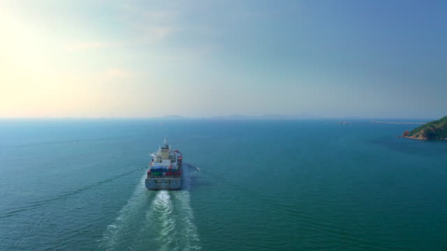 colpo aereo di nave portacontainer con container in oceano, import export economy - nave video stock e b–roll