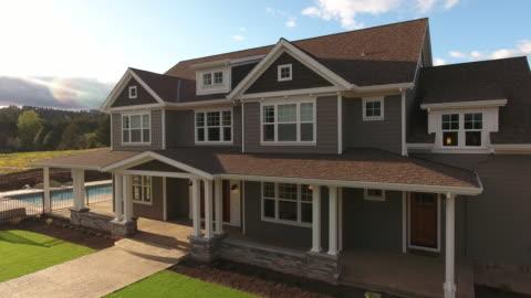stockvideo's en b-roll-footage met luchtfoto van landhuis - buitenopname