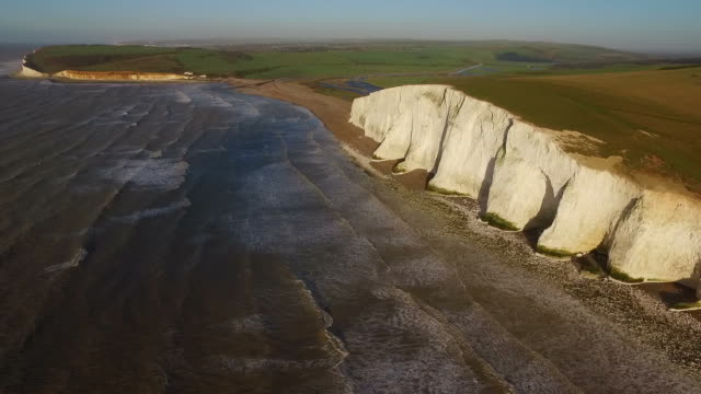 aerial shot of cuckmere haven, sussex in the early morning light. - inghilterra sud orientale video stock e b–roll