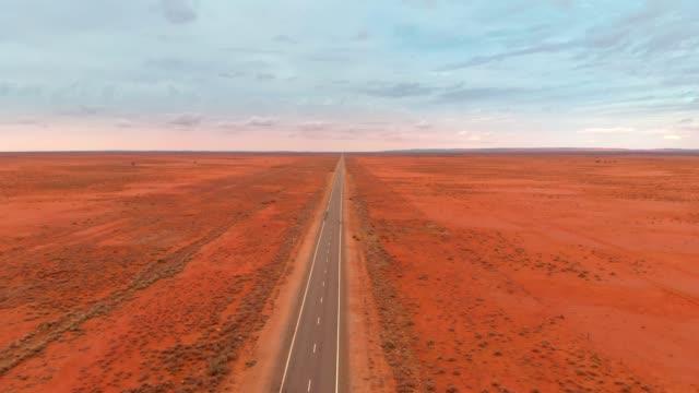 オーストラリアの砂漠道路の空中写真 - オーストラリア点の映像素材/bロール