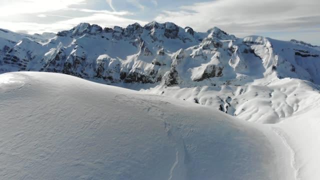 vídeos y material grabado en eventos de stock de toma aérea de los alpes europeos en avoriaz, francia. - alpes europeos