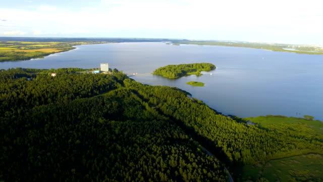 vídeos y material grabado en eventos de stock de toma aérea del bosque y al lago - bielorrusia