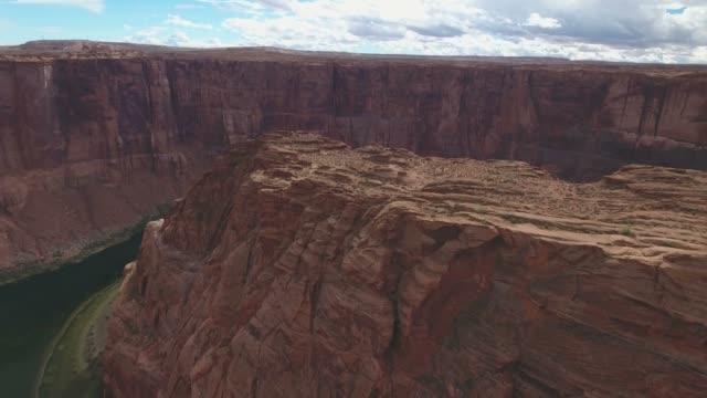 luftaufnahme des horseshoe bend und colorado river - arizona, vereinigte staaten - sandstein stock-videos und b-roll-filmmaterial