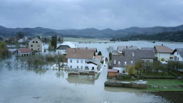 aerial shot of houses in a, создаваемую долина - сила природы стоковые видео и кадры b-roll