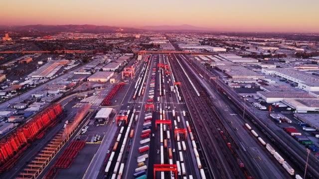 vídeos de stock, filmes e b-roll de foto aérea do pátio intermodal ferroviário - transporte ferroviário