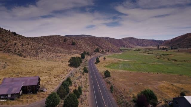 aerial shot of izee, oregon - paesaggio collinare video stock e b–roll