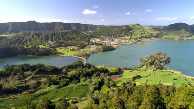 antenn skott av lagoa das sete cidades - sjöar och staden på ön sao miguel, portugisiska ögruppen azorerna - ö bildbanksvideor och videomaterial från bakom kulisserna