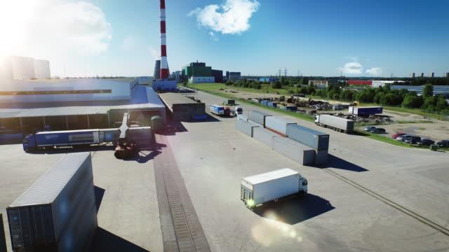 トラックと物流センターの空中ショット - トラック点の映像素材/bロール