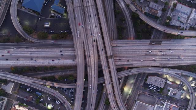 aerial shot av los angeles freeways vid solnedgången - viadukt bildbanksvideor och videomaterial från bakom kulisserna