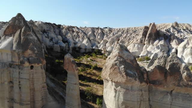 kapadokya 'da aşk vadisi 'nin havadan çekimi. - fallus şeklinde stok videoları ve detay görüntü çekimi