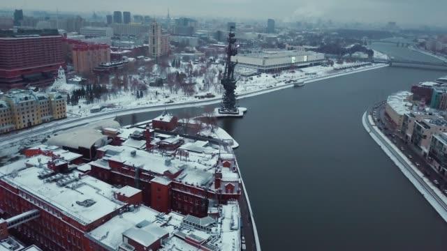 antenn skott av moskva sevärdheter, monument av ryske tsaren peter den store (peter i) på moskva-floden i stadens. det är vinter och snö överallt. - kreml bildbanksvideor och videomaterial från bakom kulisserna