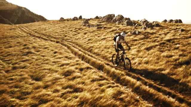 vídeos y material grabado en eventos de stock de toma cenital de ciclismo de montaña riding por la ruta - diez segundos o más