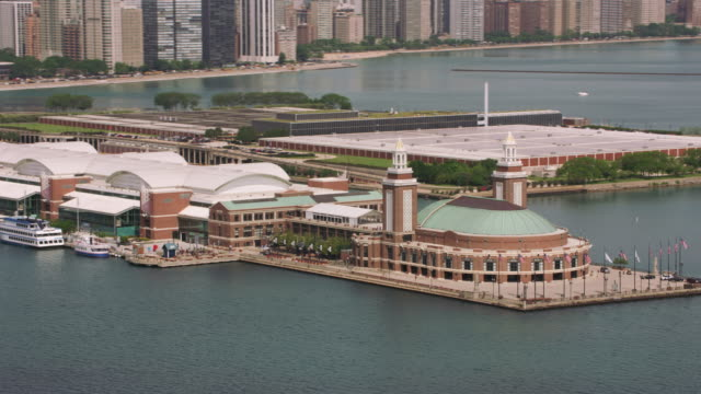 aerial shot of navy pier in downtown chicago. - molo video stock e b–roll