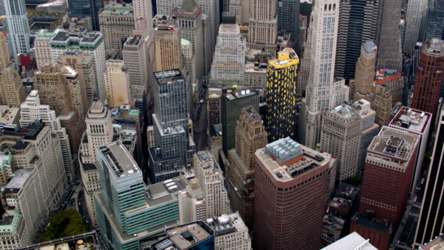 stockvideo's en b-roll-footage met aerial shot of new york city financial district - bank financieel gebouw