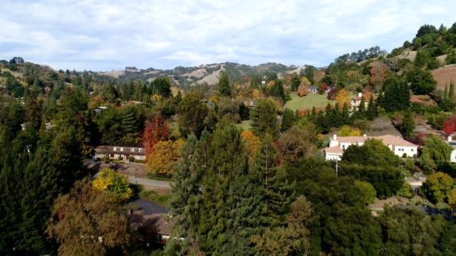 vídeos de stock, filmes e b-roll de aerial shot de bairro de califórnia do norte - cena rural