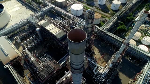 stockvideo's en b-roll-footage met luchtfoto van uit olieraffinaderij - raffinaderij