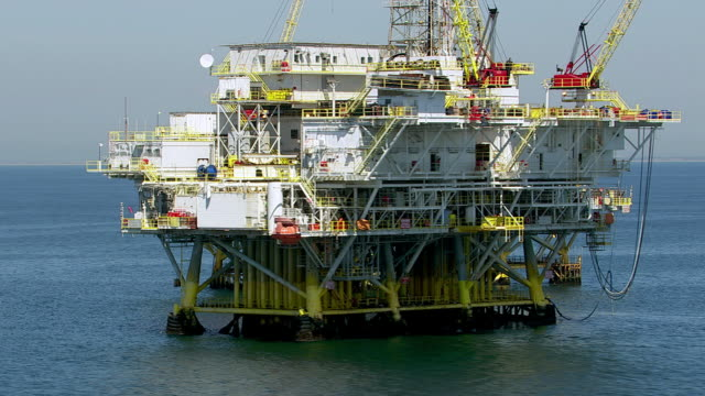 stockvideo's en b-roll-footage met aerial shot of off shore oil platforms - olie industrie
