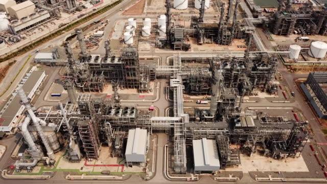 stockvideo's en b-roll-footage met luchtschot van de installatie van de olieraffinaderij - chemische fabriek