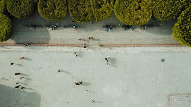 Luftaufnahme von Menschen, die in Mexiko spazieren gehen – Video