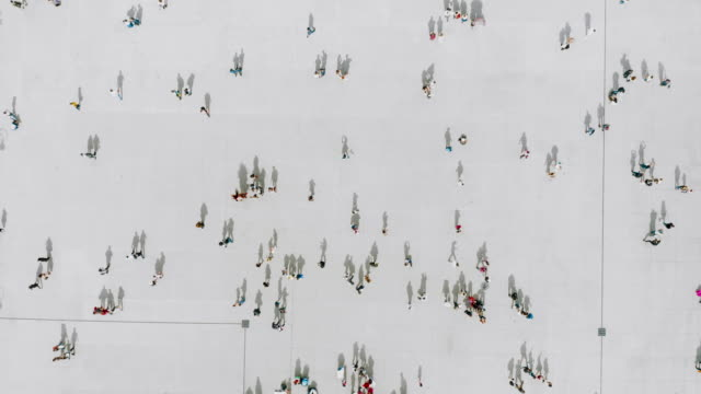 Luftaufnahme von Menschen, die zu Fuß gehen – Video