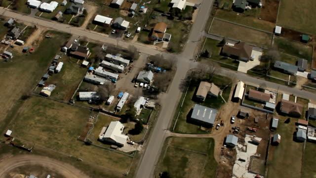 stockvideo's en b-roll-footage met aerial shot of rural town - caravan