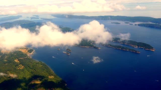 luftaufnahme von salzen spring island, prevost island, die gulf islands-archipels von british columbia - britisch kolumbien stock-videos und b-roll-filmmaterial