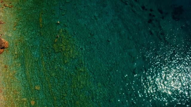 海の波と崖の空中ショットは。スヴェティ ニコラ島岩海岸ドローン映像 - 楽しい 洗濯点の映像素材/bロール