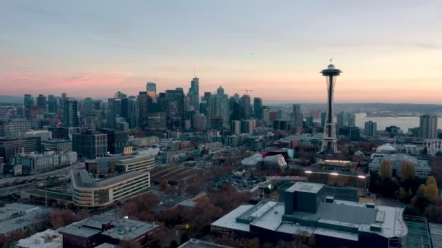 시애틀 스카이라인의 공중 촬영 - seattle 스톡 비디오 및 b-롤 화면