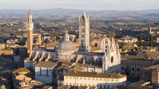 hava atış siena katedrali ve piazza del campo - unesco stok videoları ve detay görüntü çekimi