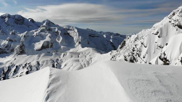stockvideo's en b-roll-footage met hd antenne schot van sneeuw bedekt bergen in avoriaz, frankrijk. - alpen