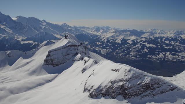 aerial skott av snötäckta stenar av mont blanc - djupsnö bildbanksvideor och videomaterial från bakom kulisserna