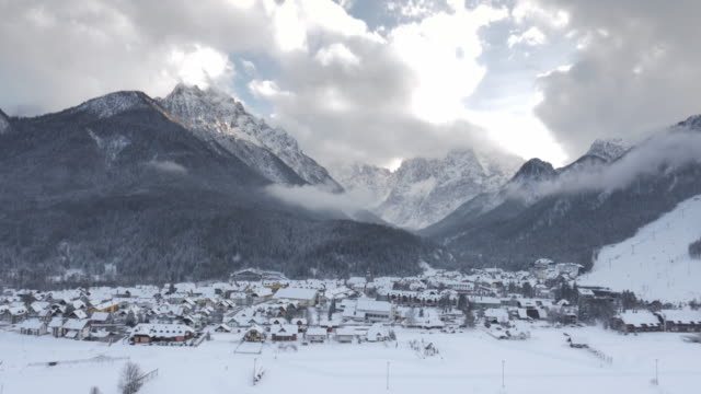 vídeos de stock, filmes e b-roll de foto aérea do com neve abaixo dos cumes das montanhas vale - eslovênia