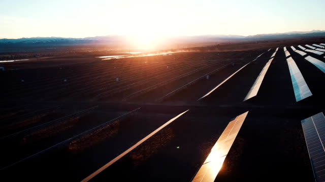 vídeos de stock e filmes b-roll de aerial shot of solar panels - solar power plant. fullhd slow motion aerial shot. aerial desert view large industrial solar energy farm producing concentrated solar power. - energia solar