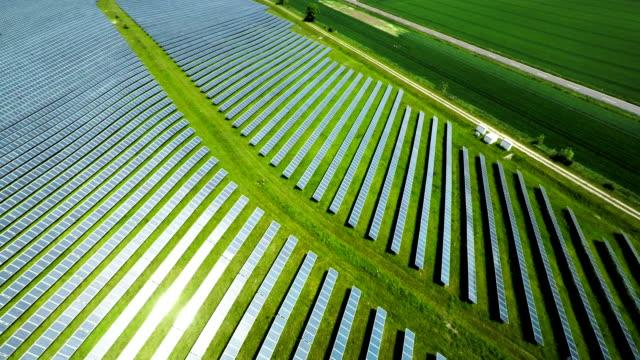 공중 샷 태양광 발전소 - 태양전지판 스톡 비디오 및 b-롤 화면