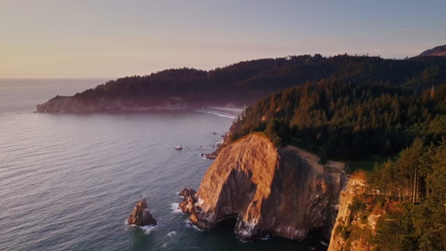 4K de tiro aéreo de espectaculares falésias na costa norte do Oregon - vídeo