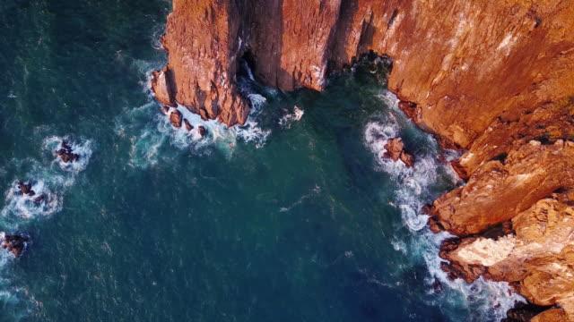 stockvideo's en b-roll-footage met luchtfoto van het 4k van spectaculaire kliffen aan de kust van de noordelijke oregon - rocks sea