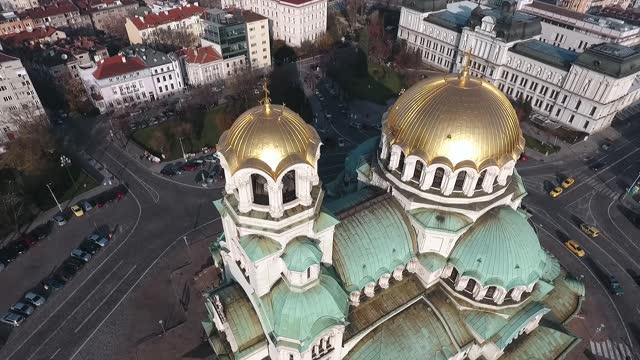 flygfoto av st. alexander nevsky-katedralen i bulgarien city. golden - bulgarien bildbanksvideor och videomaterial från bakom kulisserna