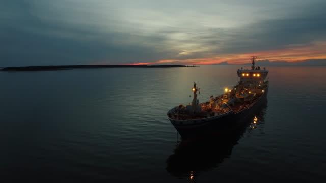 antenn skott av tankfartyget fartyg rör sig i havet på kvällen - tankfartyg bildbanksvideor och videomaterial från bakom kulisserna