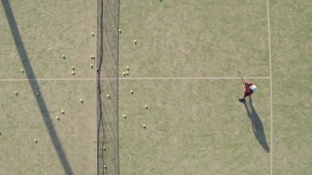 vídeos y material grabado en eventos de stock de toma aérea de adolescente practicando tenis - tenis