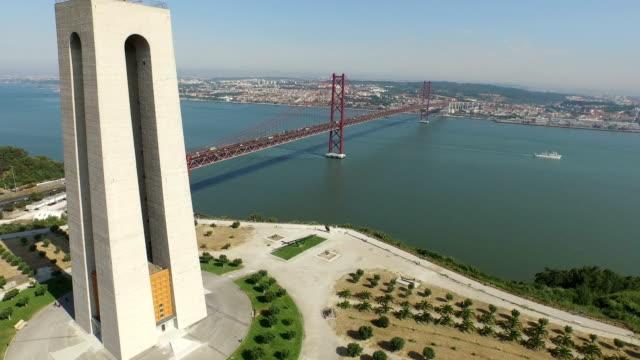 vídeos de stock e filmes b-roll de aerial shot of the 25th of april bridge and christ the king - cristo rei lisboa