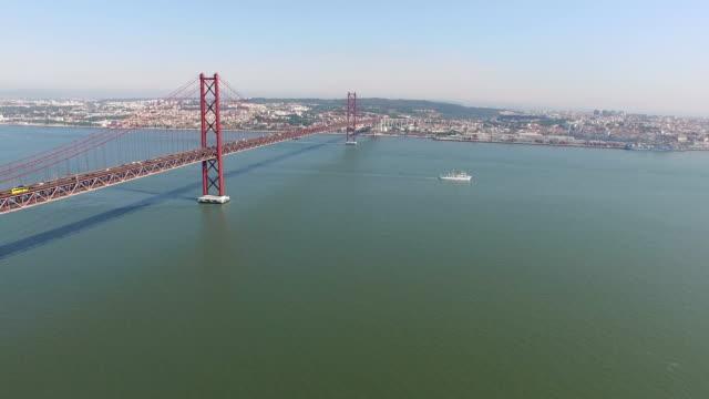 vídeos de stock e filmes b-roll de aerial shot of the 25th of april bridge - ponte 25 de abril