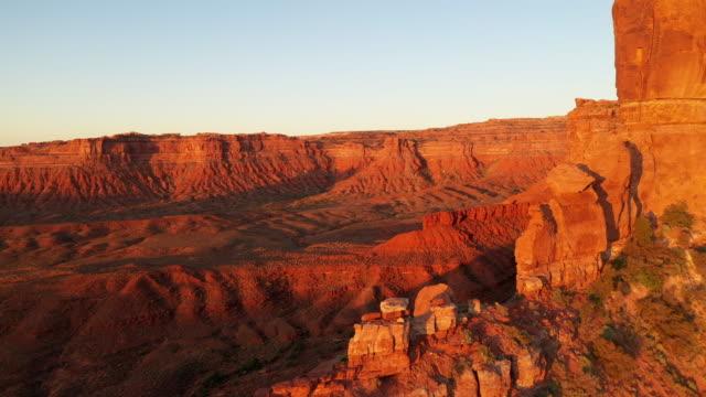 stockvideo's en b-roll-footage met luchtfoto van de verbazingwekkende rotsformaties op het zuiden van utah. - westelijke verenigde staten