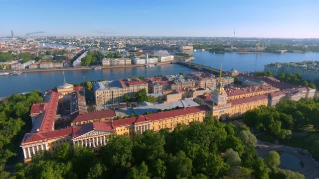 aerial shot of the detail of saint isaac's cathedral in the st. petersburg, russia on a cloudy evening - san pietroburgo russia video stock e b–roll