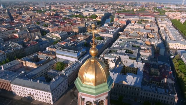 aerial shot of the detail of saint isaac's cathedral in the st. petersburg, russia on a cloudy evening - treedeo saint petersburg stock videos & royalty-free footage